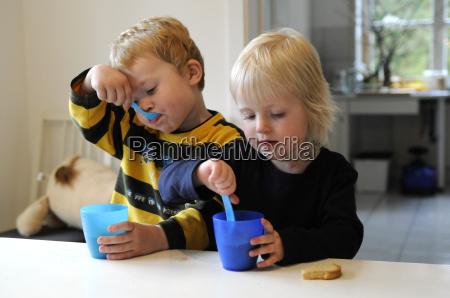 picie pitnej napoj pije mlody dziecko