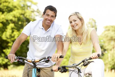 para jazdy rowerami w wiejskich