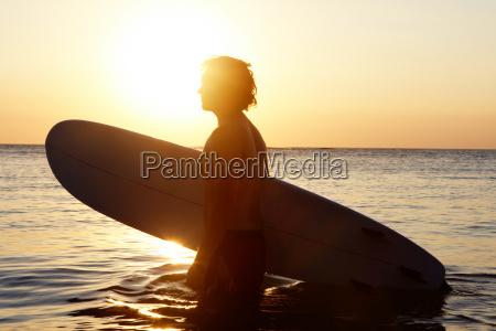 surfer w wodzie