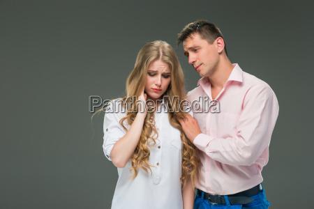 mloda para z roznymi emocjami podczas