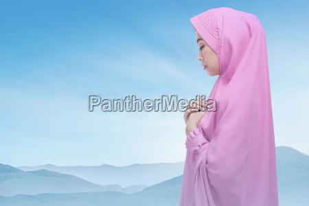 piekne azjatyckich kobieta muzulmanskich noszenie modlitwy