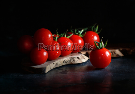 pomidory czeresniowe na ciemnym tle
