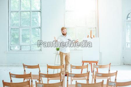 glosnik na spotkaniu biznesowym w pustej